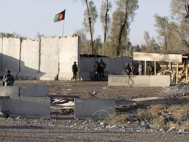 Forças de segurança afegãs são vistas nesta quarta-feira (9) em frente ao aeroporto de Kandahar, dominado pelos talibãs nesta terça-feira (8) (Foto: Reuters)