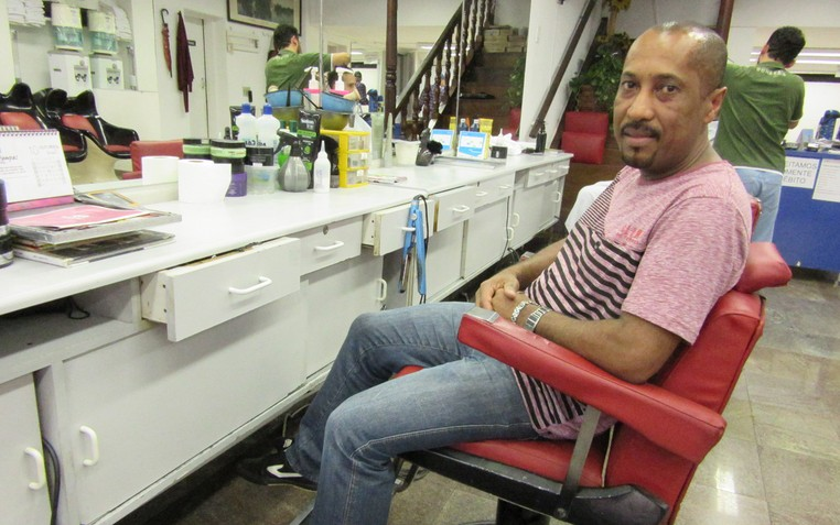 Cássio Gomes é microempreendedor individual há 3 anos e paga comissão para o dono do salão (Foto: Marta Cavallini/G1)