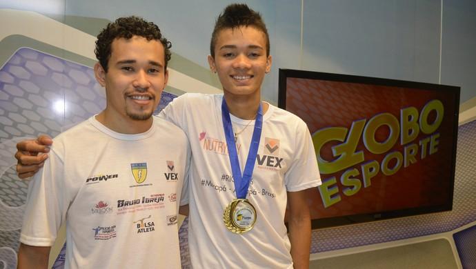 Venilton Santos acompanhado do treinador, Bruno Igreja (Foto: Cassio Albuquerque/GE-AP)