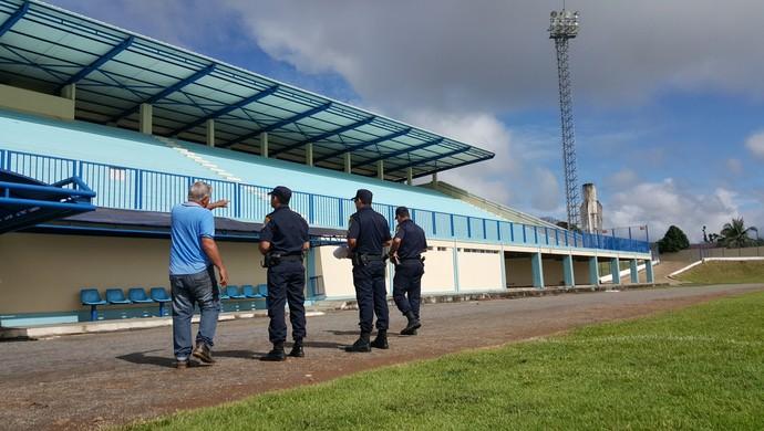 PM faz vistoria no estádio Biancão (Foto: Pâmela Fernandes)