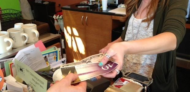 Moradores da Philadelphia, nos Estados Unidos, trocam Equal Dollars (Foto: Divulgação)