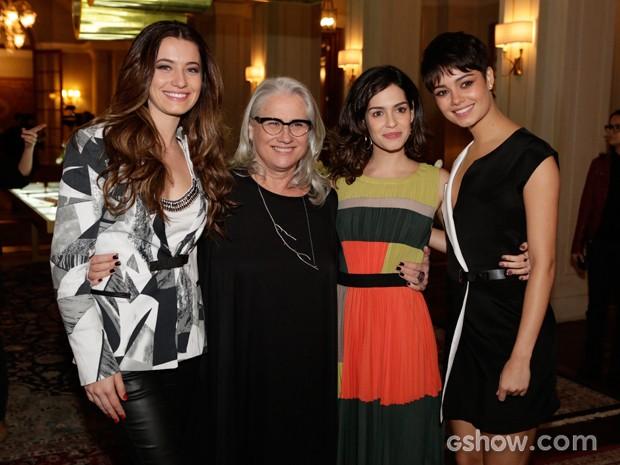 Que time! Elea Mercúrio Vera Holtz, Maria Flor e Sophie Charlotte fazem pose durante a coletiva (Foto: Fábio Rocha/TV Globo)