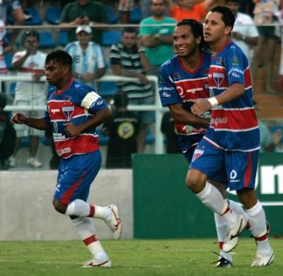 Vavá comemora gol do Fortaleza sobre o CRB (Foto: LC Moreira/Futura Press)