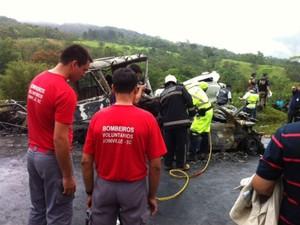 Carros ficaram completamente destruídos após a batida (Foto: Fernando Parracho/RPC TV)