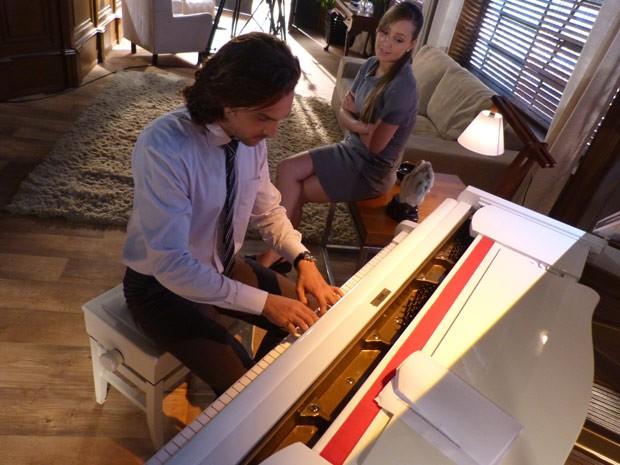 Igor Rickli toca piano enquanto espera para gravar (Foto: Flor do Caribe/ TV Globo)