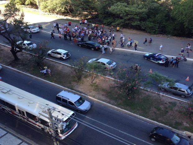 Após discussão, motorista persegue motociclistas e causa acidente em SE (Foto: Reprodução/Aracaju Como Eu Vejo)