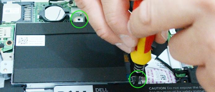 Alguns modelos de notebooks possuem parafusos extras na estrutura que acomoda o HD (Foto: Reprodução/Adriano Hamaguchi)