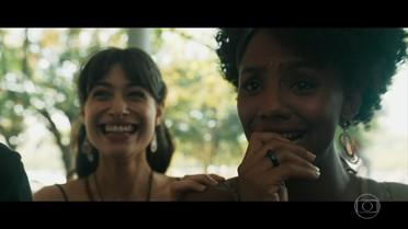 Rose descobre que passou no vestibular e comemora com Débora