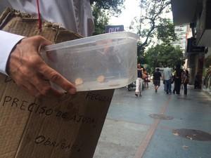 À noite, morador do Flamengo pede comida no quartel do Corpo de Bombeiros (Foto: Gabriel Barreira/G1)