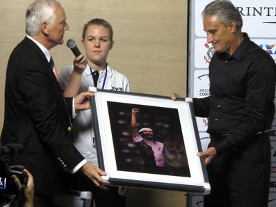 Tite ganha presentes do presidente do Casuals Quadro (Foto: Rodrigo Faber)