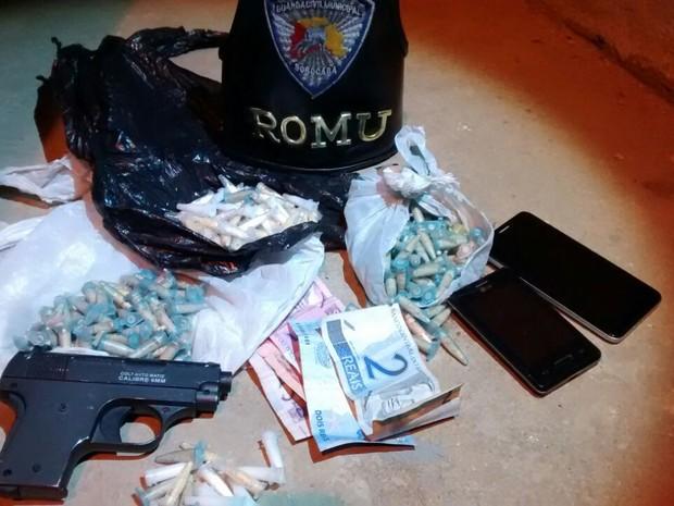 Réplica de pistola e porções de crack estavam com dois rapazes (Foto: Divulgação/Guarda Civil Municipal)