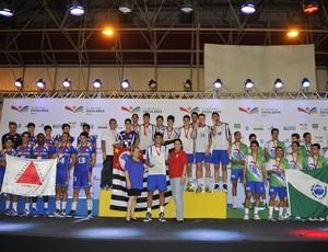Pódio vôlei masculino Olimpíadas Escolares Colégio Campos Salles é campeão em Cuiabá (Foto: Fernando Soutello/AGIF/COB)