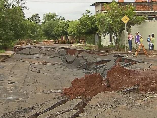 Obras não começam e abertura de cratera chega a 16 dias (Foto: Reprodução/ EPTV)