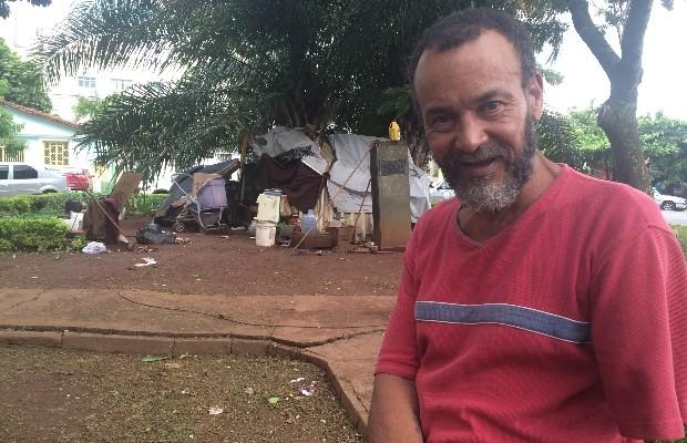 O idoso Sebastião Rodrigues de Souza improvisou uma casa em praça de Goiânia, Goiás (Foto: Vitor Santana/G1)