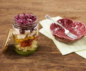 Salada de frango e macarrão ao pesto