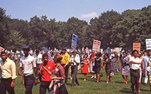 As fotos coloridas de pessoas comuns percorrem acontecimentos históricos da época. A marcha por trabalho e liberdade reuniu mais de 200 mil pessoas em Washington (Foto: DC Public Library/Crain Family)