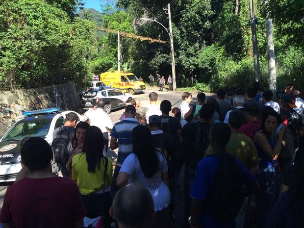 Estrada das Furnas é parcialmente interditada após morte de mulher em carro na via (Foto: Matheus Rodrigues/G1)