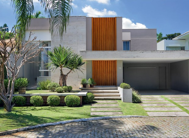 Casa integrada com o jardim esbanja ilumina o casa e for Fachadas de casas modernas com jardim