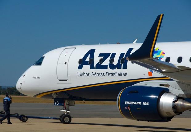 Avião da Azul Linhas Aéreas levanta voo do aeorporto de Feira de Santana, na Bahia (Foto: Reprodução/Facebook)