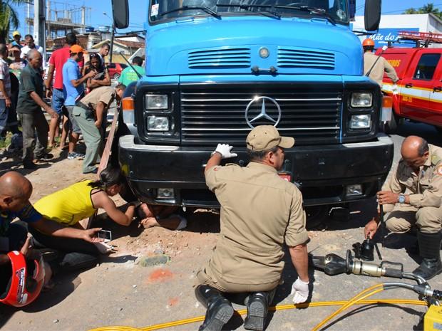 Motociclista fica preso em roda dianteira de caminhão após colisão em João Pessoa (Foto: Walter Paparazzo/G1)