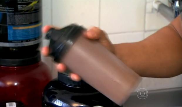 Apesar de ser destinado a atletas, suplementos são comumente usados por quem frequenta academias. (Foto: Reprodução/TV Globo)