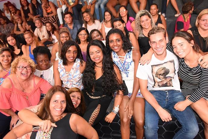 Elis ao lado das fãs na plateia do BBB17 (Foto: TV Globo)