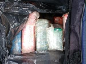 Drogas foram encontradas em bolsas (Foto: Divulgação/Receita Federal)