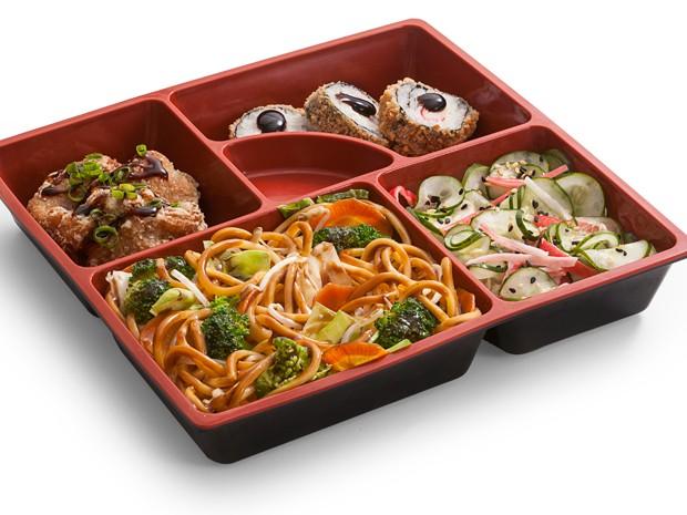 Teishoku Yakissoba, bentô com yakissoba de vegetais, frango frito à moda oriental, três hot rolls kani e sunomono com kani desfiado está na promoção (Foto: Divulgação)