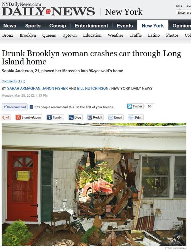 Carro atravessou parede da casa e foi parar no quintal. (Foto: Reprodução)