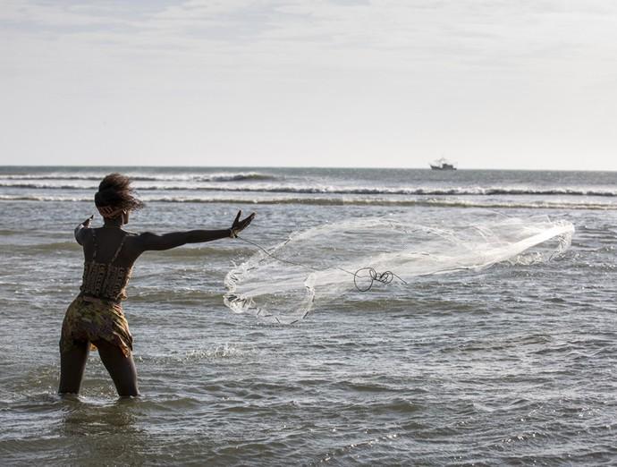 Caiçaras pescam com Alice (Foto: Ellen Soares / Gshow)