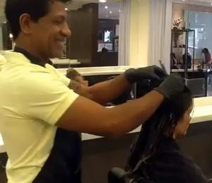 Marcos Sales cuidando do cabelo das madeixas de Kamilla Salgado (Foto: Arquivo Pessoal)