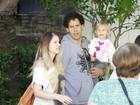 Carolinie Figueiredo almoça com a filha e o marido