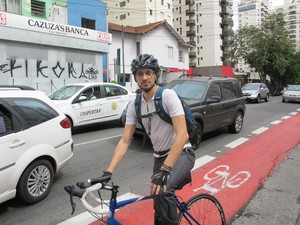 Ubirajara Lavor compara ciclofaixa de Moema com as novas ciclovias (Foto: Caio Prestes/G1)