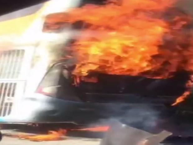 Ônibus pega fogo em GO-020 mas nenhum passageiro ficou ferido Bela Vista de Goiás (Foto: Reprodução/ TV Anhanguera)