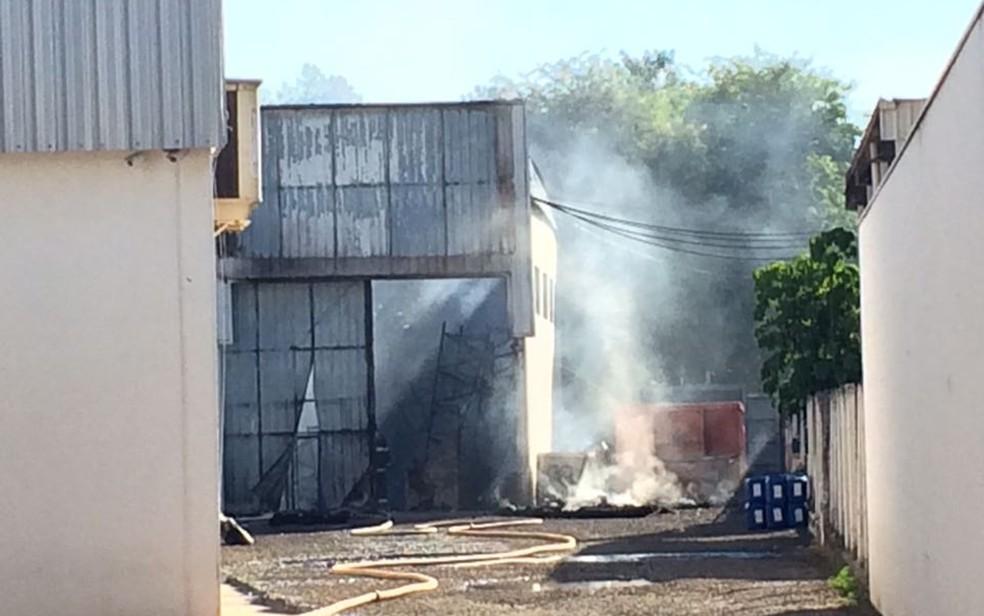 Fumaça no galpão destruído pelo incêndio (Foto: Graciela Andrade/TV TEM)