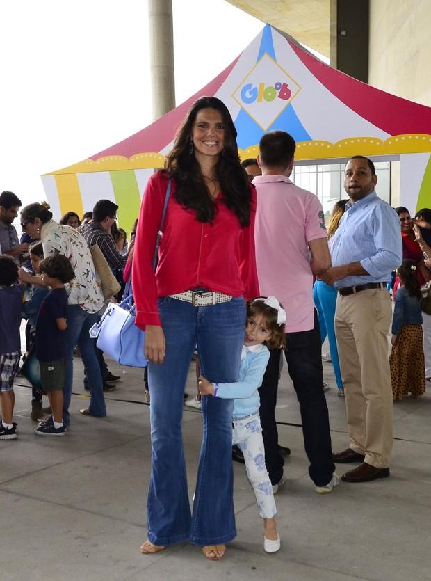 Daniella Sarahyba com a filha (Foto: Henrique Oliveira / AgNews)