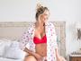 Karina Bacchi mostra barriguinha de grávida em clique na cama: 'Na paz'