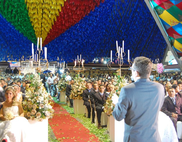 Pelo quarto ano consecutivo, casais trocam alianças em casamento coletivo no São João de Campina Grande (Foto: Taiguara Rangel/G1)