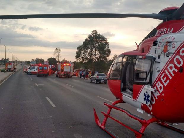 Helicóptero do Corpo de Bombeiros usado no resgate de passageiros feridos em acidente com ônibus na DF-003 (Epia) na manhã deste domingo (14); veículo tombou perto do Catetinho, e 25 pessoas se feriram (Foto: Corpo de Bombeiros DF/Divulgação)
