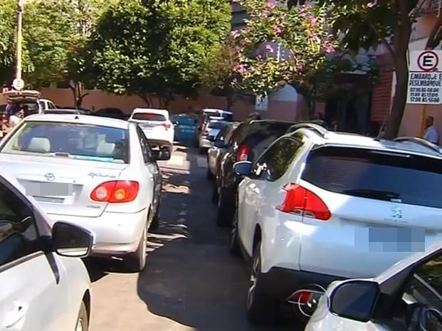 Pais foram fila dupla irregular e até estacionam na rua (Foto: Reprodução / TV TEM)