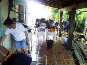 Moradores limpas casas que foram invadidas pela água.  (Foto: Bebeto Karolla/ Folha de Búzios)