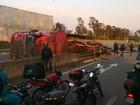 Carreta com madeira tomba em rodovia e bloqueia pista em Itu