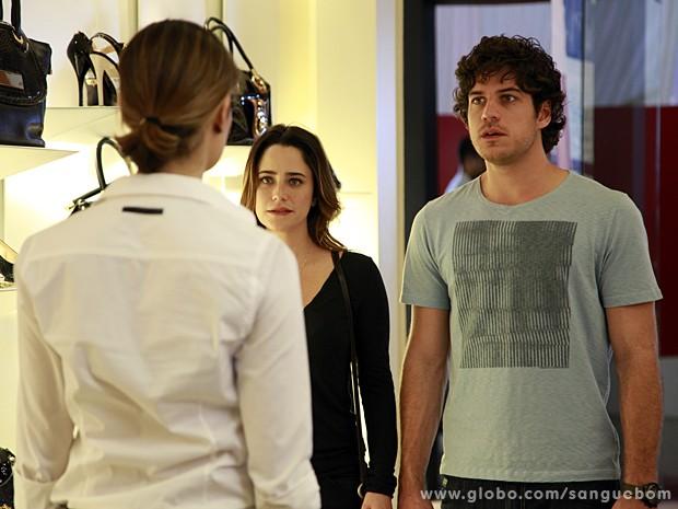 Os dois levam um susto ao dar de cara com a gata dentro da loja (Foto: Ellen Soares / TV Globo)