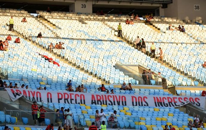torcida flamengo faixa protesto preço dos ingressos  (Foto: André Durão / Globoesporte.com)