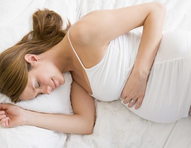 gravida; sono, deitada; barriga; descanso (Foto: Thinkstock)