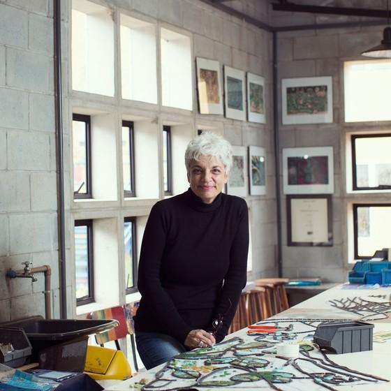 A fundadora do Âncora,Regina Steurer ,no atteliê da escola (Foto:  Julia Rodrigues/ÉPOCA)