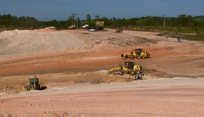 """Máquinas já começaram a fazer terraplanagem de terreno onde seria construída a """"Arena Pelé"""", em Três Corações (Foto: Reprodução EPTV)"""