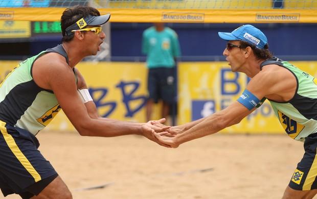Ricardo e Emanuel comemoração vôlei de praia (Foto: Paulo Frank / CBV)