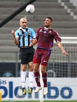 Cris disputa lance antes de sentir problema na coxa (Foto: Lucas Uebel/Grêmio FBPA)