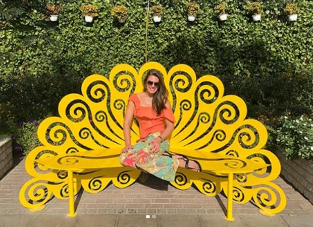Elaine Mickely posa em banco em formato de pevão (Foto: Reprodução/Instagram)